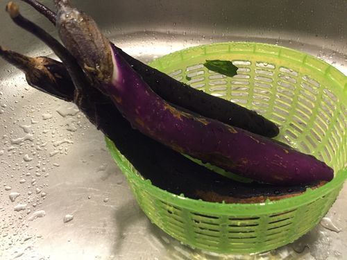 washing_purple_japanese_eggplant_from_the_farmers_market