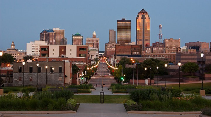 Photo of Des Moines Iowa cityscape. This article covers Paleo meal delivery Des Moines options, organic meal delivery Des Moines options and gluten free meal delivery Des Moines options for residents of the area. Above and beyond Des Moines Paleo Restaurants in the area, you also have the opportunity to order from healthy Des Moines food delivery services. In this guide we cover all of your options.